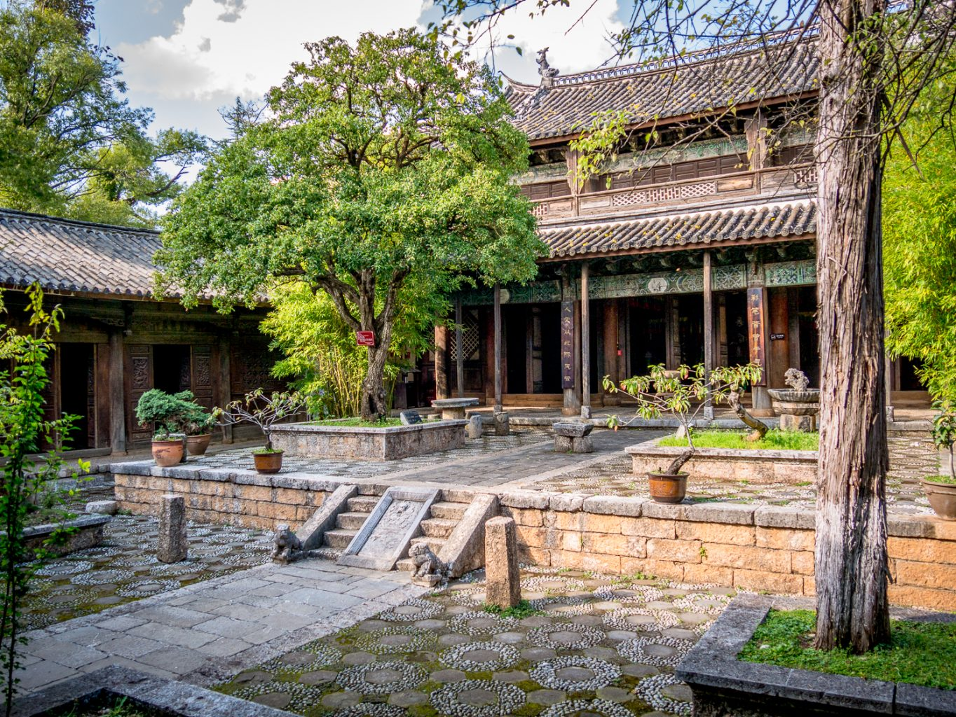 Baihe Courtyard with great visual appeal inside and out
