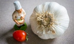 Small chef figurine, tomato and garlic