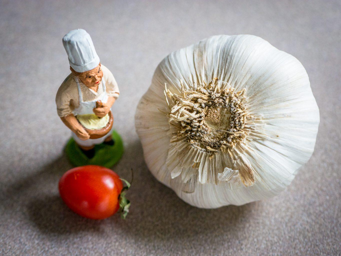 Small chef figurine, tomato and garlic